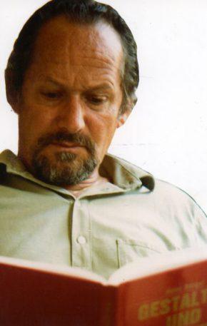 """Hans Bergel, 1982, mit seinem Essayband """"Gestalten und Gewalten""""."""