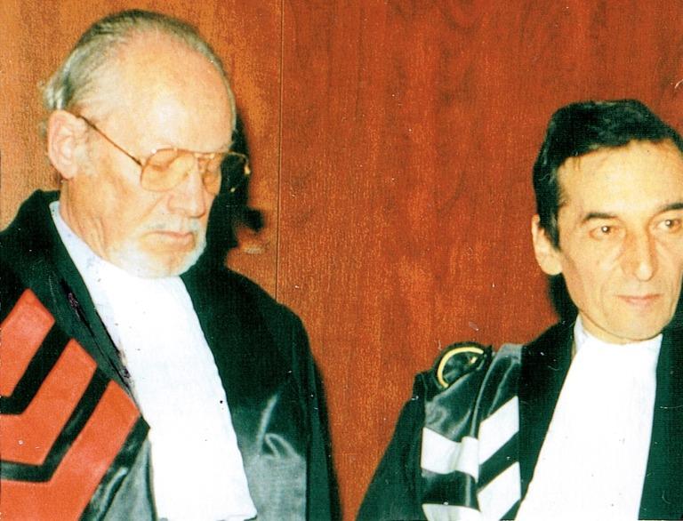 """2001 erhielt Hans Bergel als erster siebenbürgischer Deutscher den Titel Dr. h.c. der Universität Bukarest. Hans Bergel (links) und Rektor Ioan Mihăilescu, der Begel """"im Namen des rumänischen Volkes"""" um Verzeihung für erlittenes Unrecht während der kommunistischen Diktatur bat."""