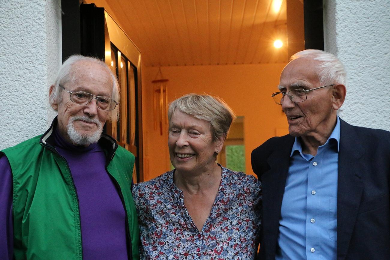 Hans Bergel mit seiner Frau und einem Besucher (Rolf Reiser) vor seinem Bungalow in Gröbenzell bei München (2015). Foto: Konrad Klein