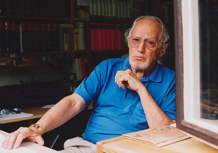 Hans Bergel an seinem Arbeitstisch in Gröbenzell (2004). Foto: Konrad Klein