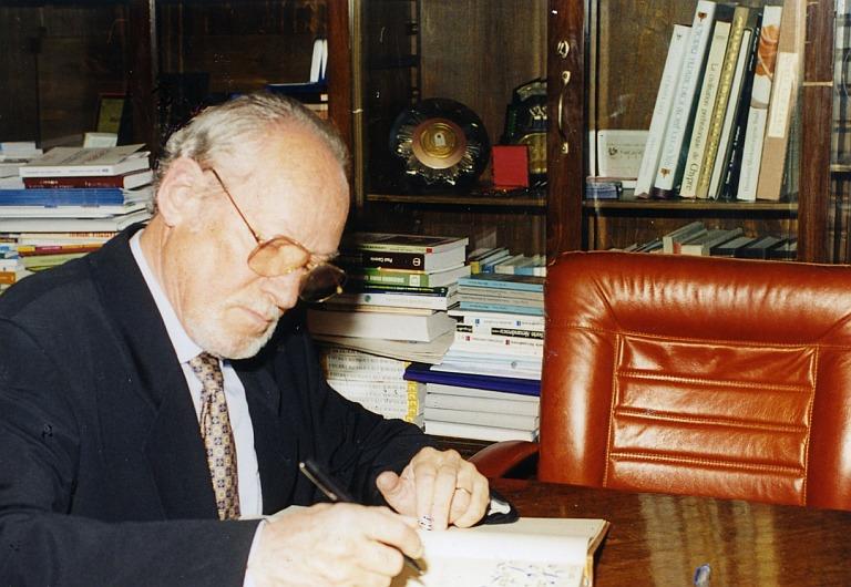 Hans Bergel, 2001, beim Eintrag ins Goldene Buch der Universität Bukarest anlässlich der Entgegennahme des Dr. h.c.